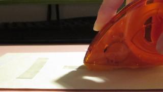 片手でテープが貼れて指紋がつかないハリマウス・テープカッターを上手く使う方法。