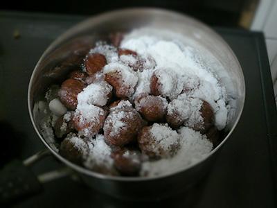 栗の渋皮煮、砂糖を入れる