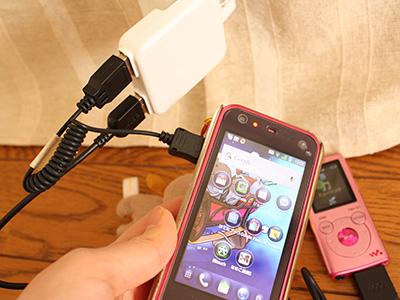 USB充電器に100均のケーブル使ってスマホを充電中