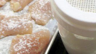 小麦粉が均等に振りかけられる「小麦粉ふりふり」という容器もいい。
